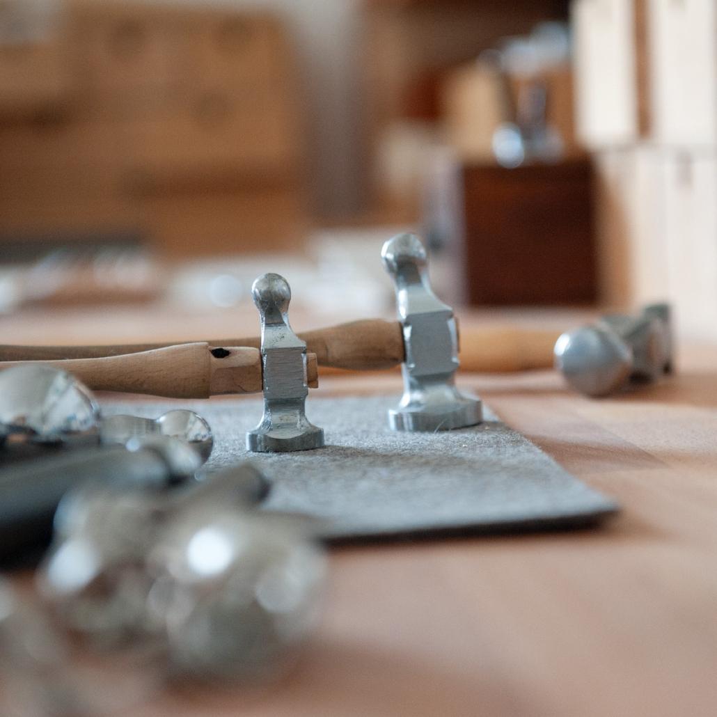 Blick auf die Werkbank in der Schmuckwerkstatt: Haemmer und Goldschmiedewerkzeug