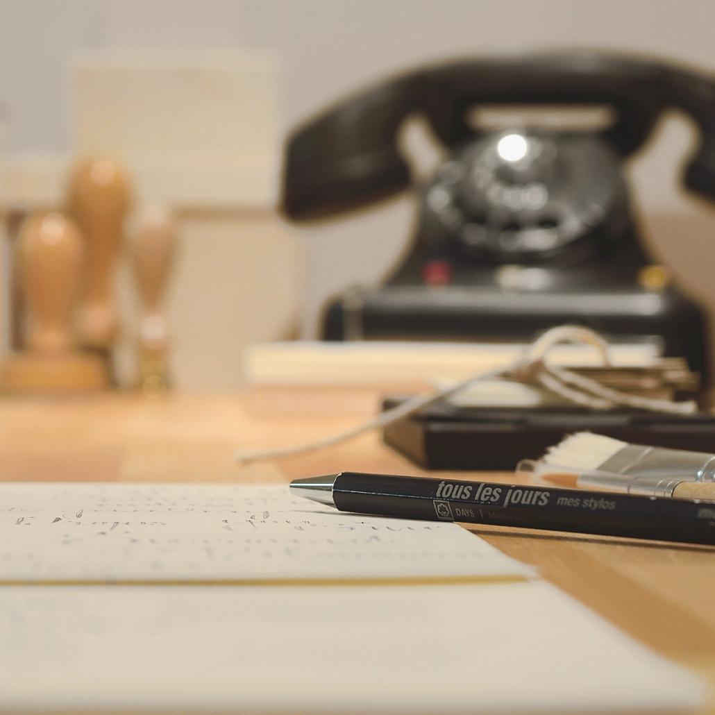 Blick auf dem Schreibtisch im Buero von Schmuckatelier Yvonne Kurz