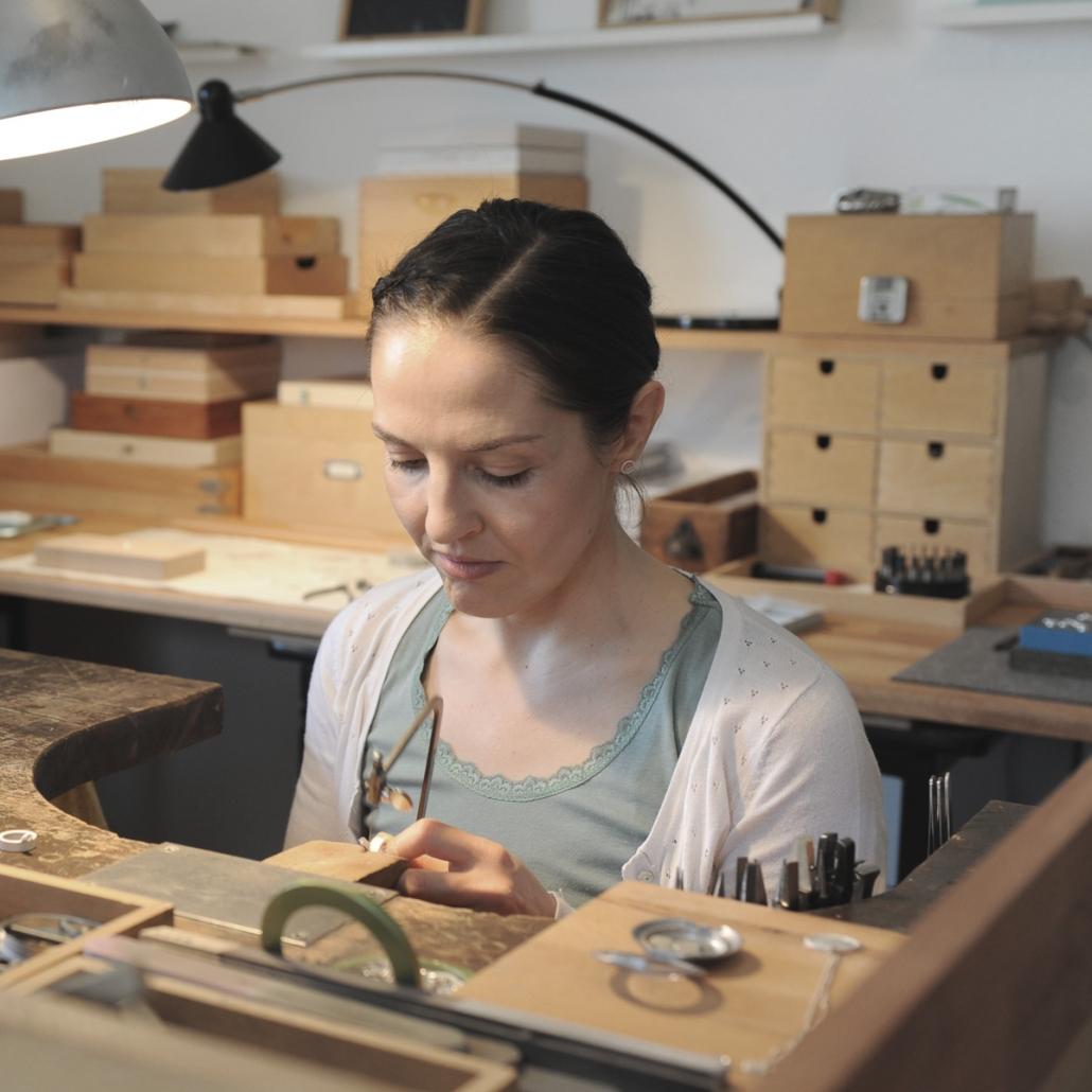 Yvonne Kurz arbeitet am Goldschmiedetisch in ihrer Werkstatt