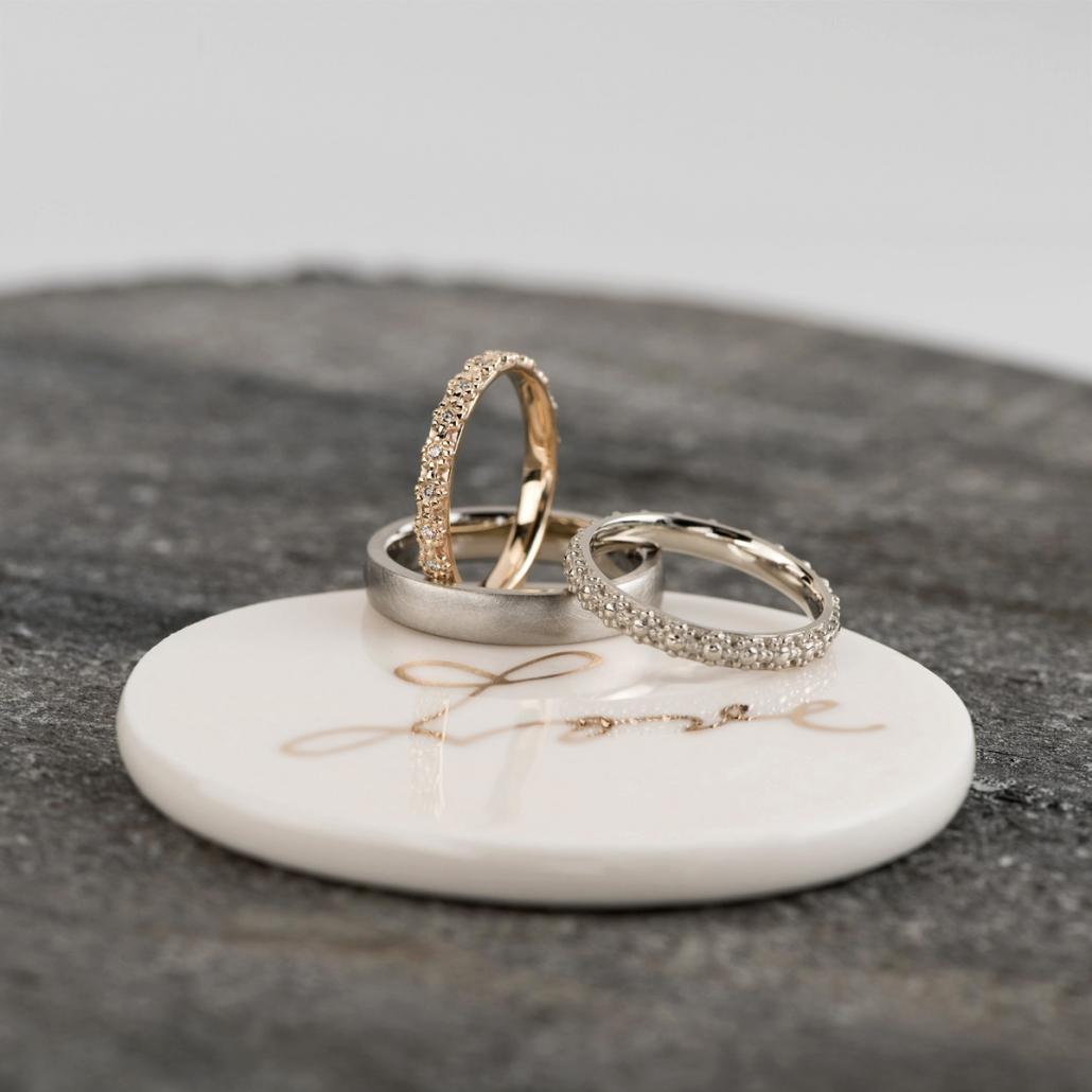 Ringpaar in Weißgold und rosegoldener Roeschenring mit Brillanten