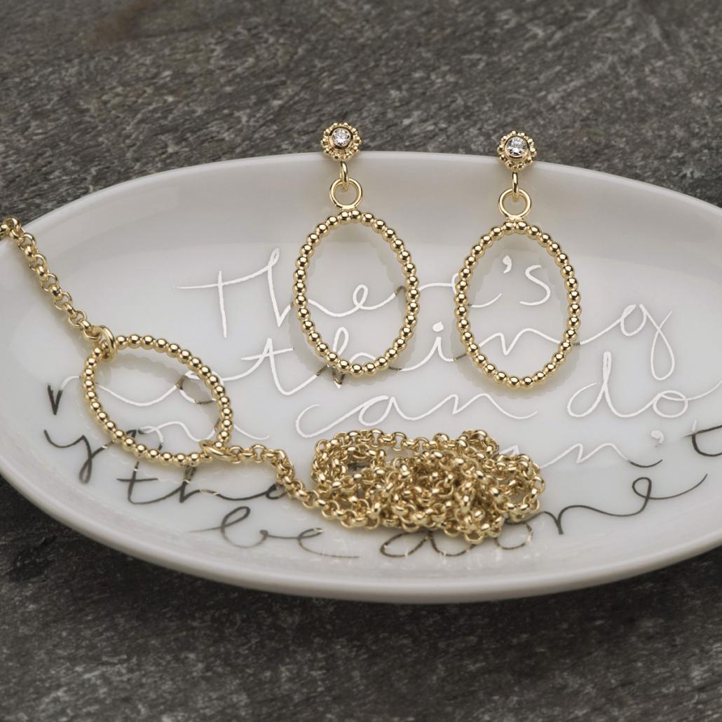 'Ellips' Armband mit doppelter Kette und Brillantohrstecker mit 'Ellips' Dekor