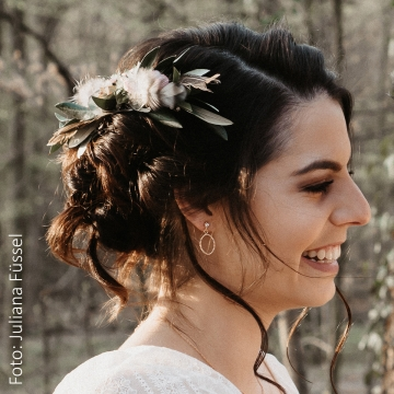 Braut mit Haarschmuck und rosegoldenen Ohrsteckern