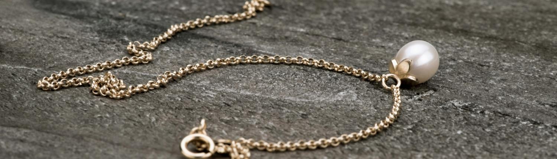 Armband 'Together' aus Gold mit weisser Tropfenperle
