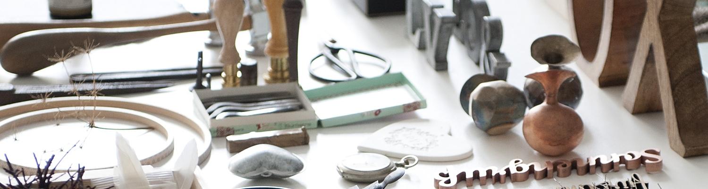 Fotorequisiten auf weissem Tisch arrangiert