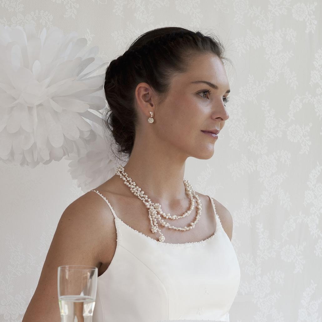 Modell mit 'Flourish' variable Halskette und passende Ohrsteckern