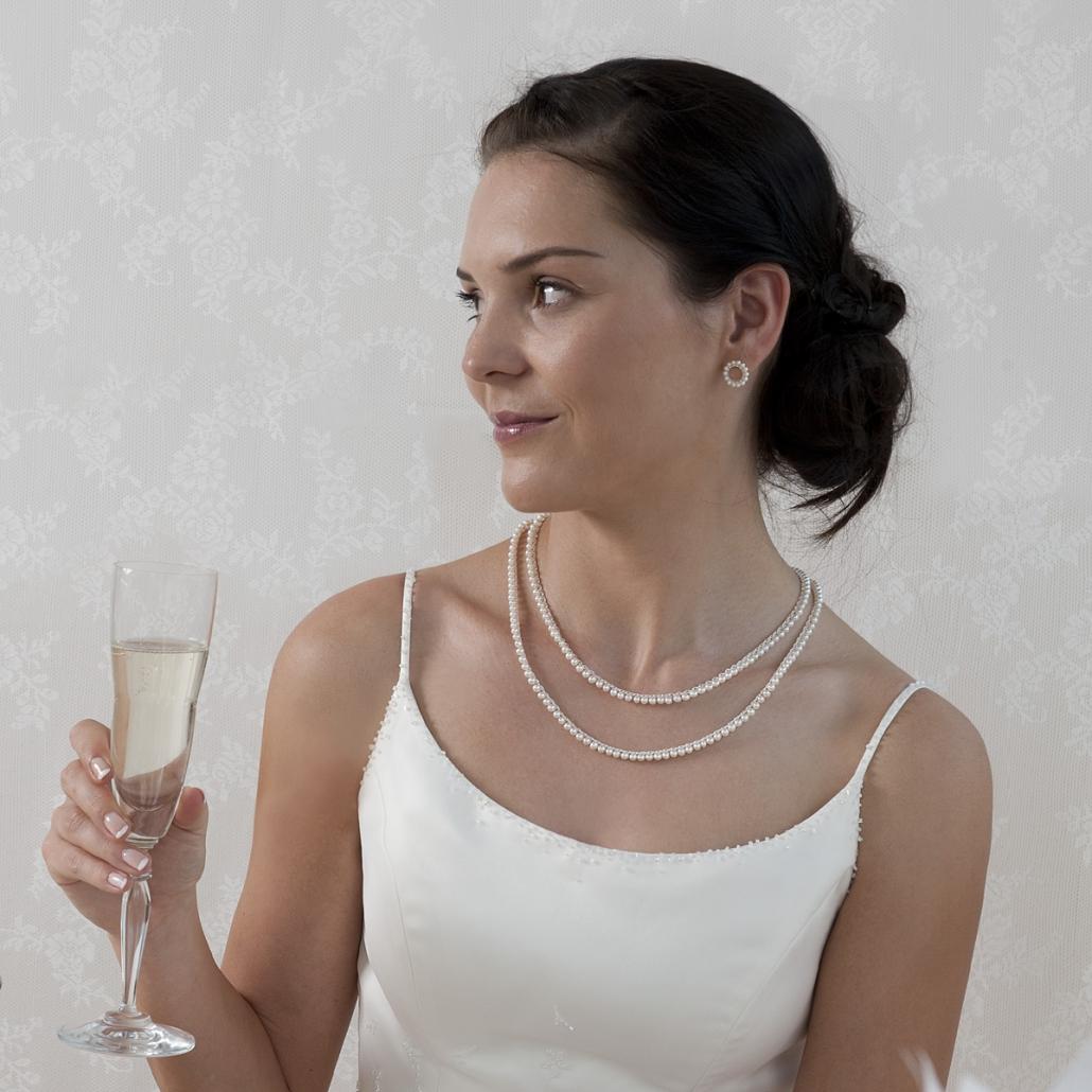 Modell mit 'Surround' lange Halskette in doppelter Tragevariation